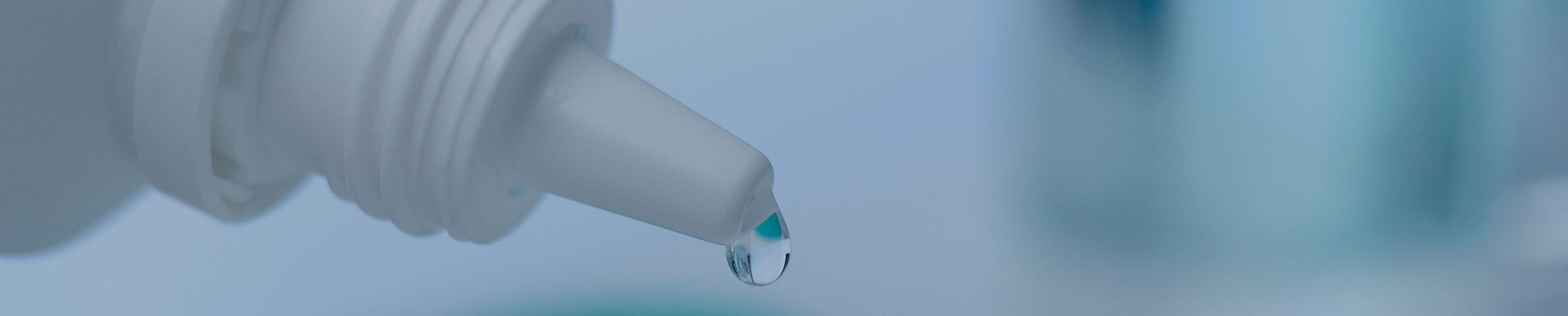 Kontaktlinse rensevæske i en kontaktlinsebeholder