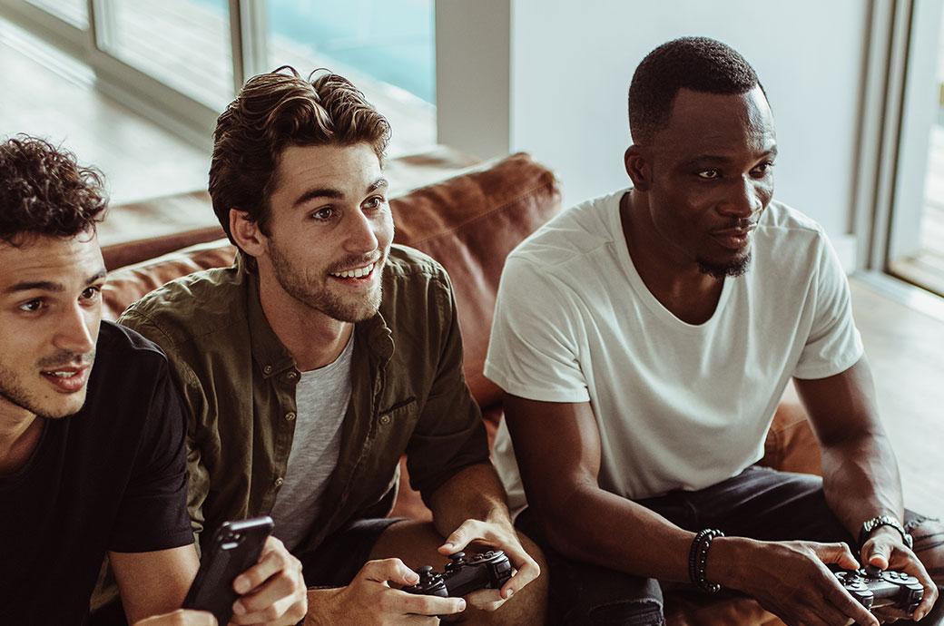 To voksne der bruger kontaktlinser, der holder controllere mens de spiller videospil