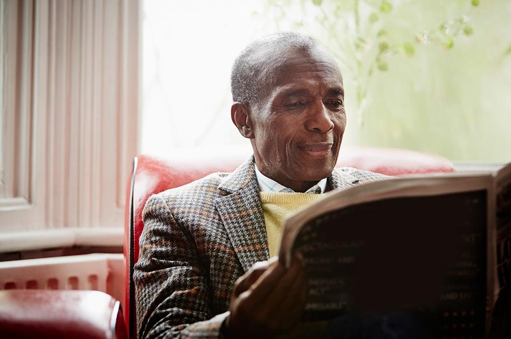 Billede af en mand der læser avisen