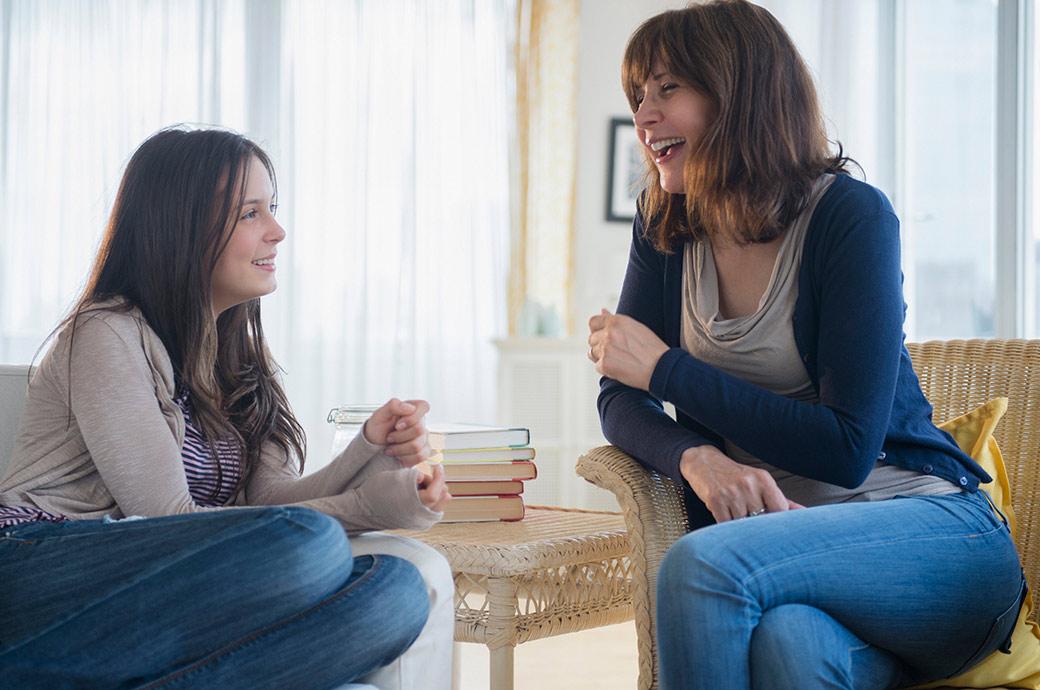 En teenagepige har en afslappet samtale om at have kontaktlinser med sin mor
