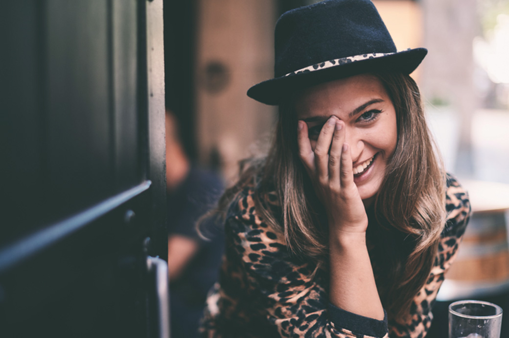 Billede af en kvinde udenfor der holde sig for øjet